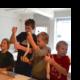 Kinder backen Berches, das trditionelle jüdische Weißbrot, im Jüdischen Museum Franken in Fürth.