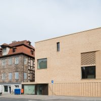 Blick von der Königstraße auf Altbau und Erweiterungsbau des Jüdischen Museums Franken in Fürth.