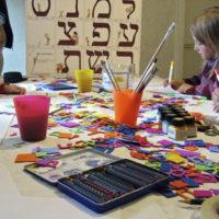 Bastelprogramm beim Internationalen Museumstag im JŸdischen Museum Franken in Schnaittach: Die Kinder kšnnen ihren Namen in hebrŠischen Buchstaben malen. Bild: JŸdisches Museum Franken, 21.05.2006