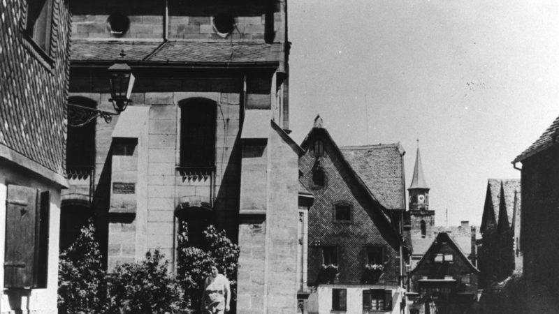Blick auf die 1938 zerstörte Altschul und das Rabbinatshaus.