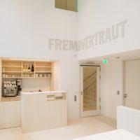 Foyer mit Café im Erweiterungsbau des Jüdischen Museums Franken in Fürth. © Jüdisches Museum Franken Fotografin: Annette Kradisch, Nürnberg