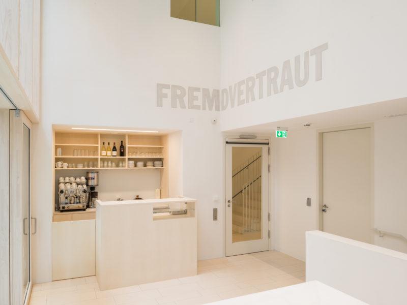Blick in das Foyer des Erweiterungsbaus des Jüdischen Museums Franken in Fürth mit Kunst am Bau.