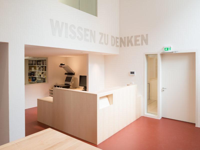 Die Studienbibliothek im Jüdischen Museum Franken in Fürth mit Kunst am Bau.