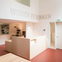 Eingangsbereich der Studienbibliothek mit Kunst am Bau. ©Jüdisches Museum Franken, Fotografin: Annette Kradisch, Nürnberg.