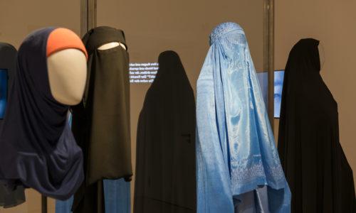"""Blick in die Wechselausstellung """"Cherchez la Femme"""" im Jüdischen Museum Franken in Fürth."""