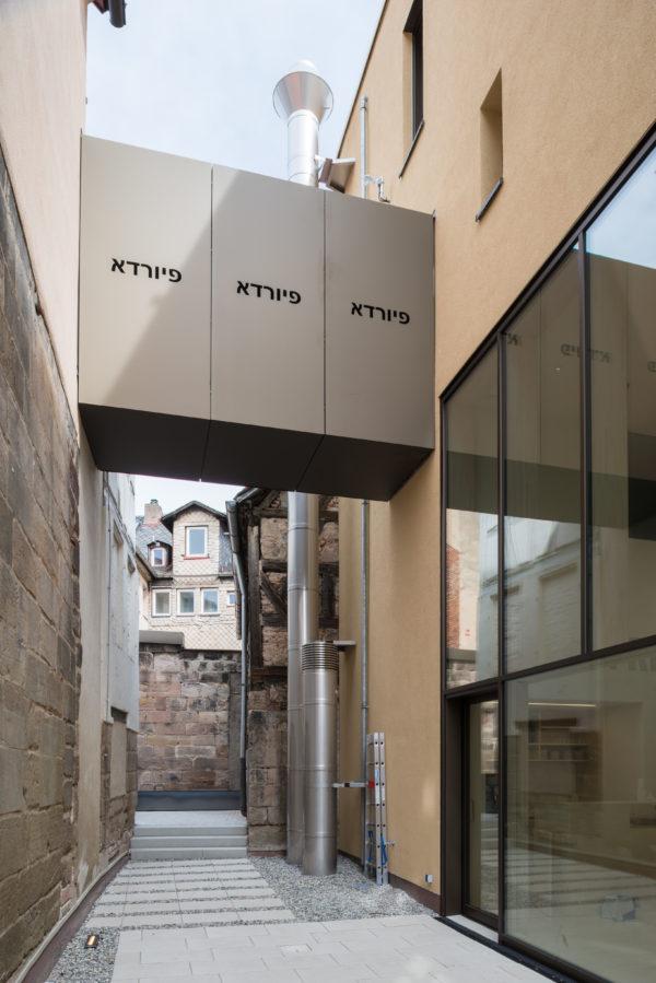 Der Innenhof mit dem Verbindungssteg zwischen Alt- und Neubau, Jüdisches Museum Franken in Fürth.