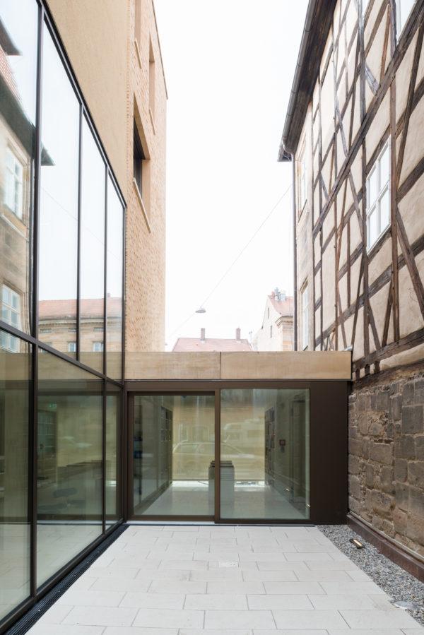 Innenhof zwischen dem Neubau und dem Altbau des Jüdischen Museums Franken in Fürth.