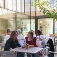 Gäste im Café Mary S. Rosenberg im Jüdischen Museum Franken in Fürth.