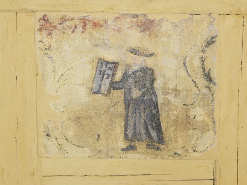 Detail der Wandmalereien in der Schwabacher Laubhütte, das Moses zeigt, wie er ide Gesetztestafeln empfängt.