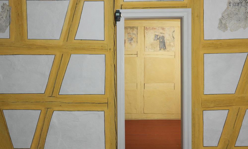 Blick in die Schwabacher Laubhütte mit der Wandmalerei von Moses im Hintergrund.