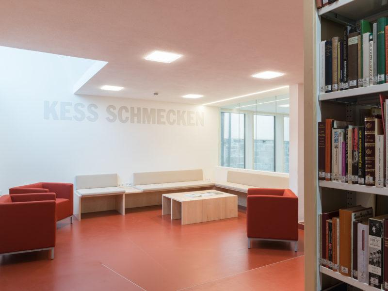In der Leselounge im Erweiterungsbau des Jüdischen Museums Franken in Fürth kann man es sich mit einem Buch gemütlich machen.