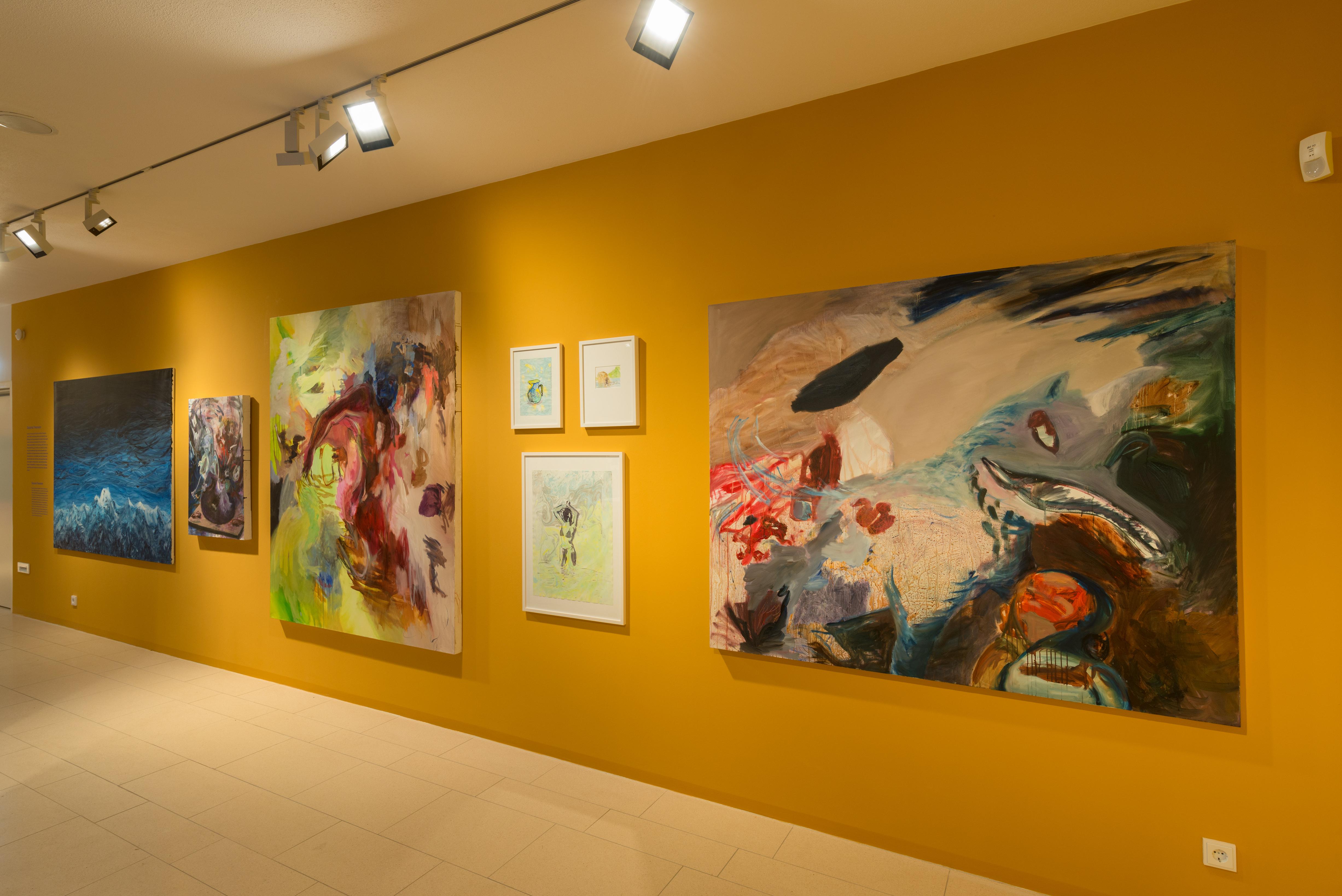 """Blick in die Wechselausstellung """"5x Treumann"""" im JMF Fürth mit Werken von Suzanna Treumann."""