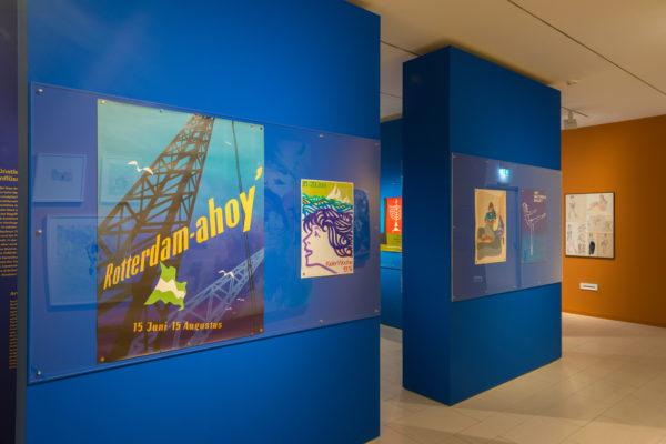 """Blick in die Wechselausstellung """"5x Treumann"""" im Jüdischen Museum Franken in Fürth. Zwei Plakate von Otto Treumann im Vordergrund."""