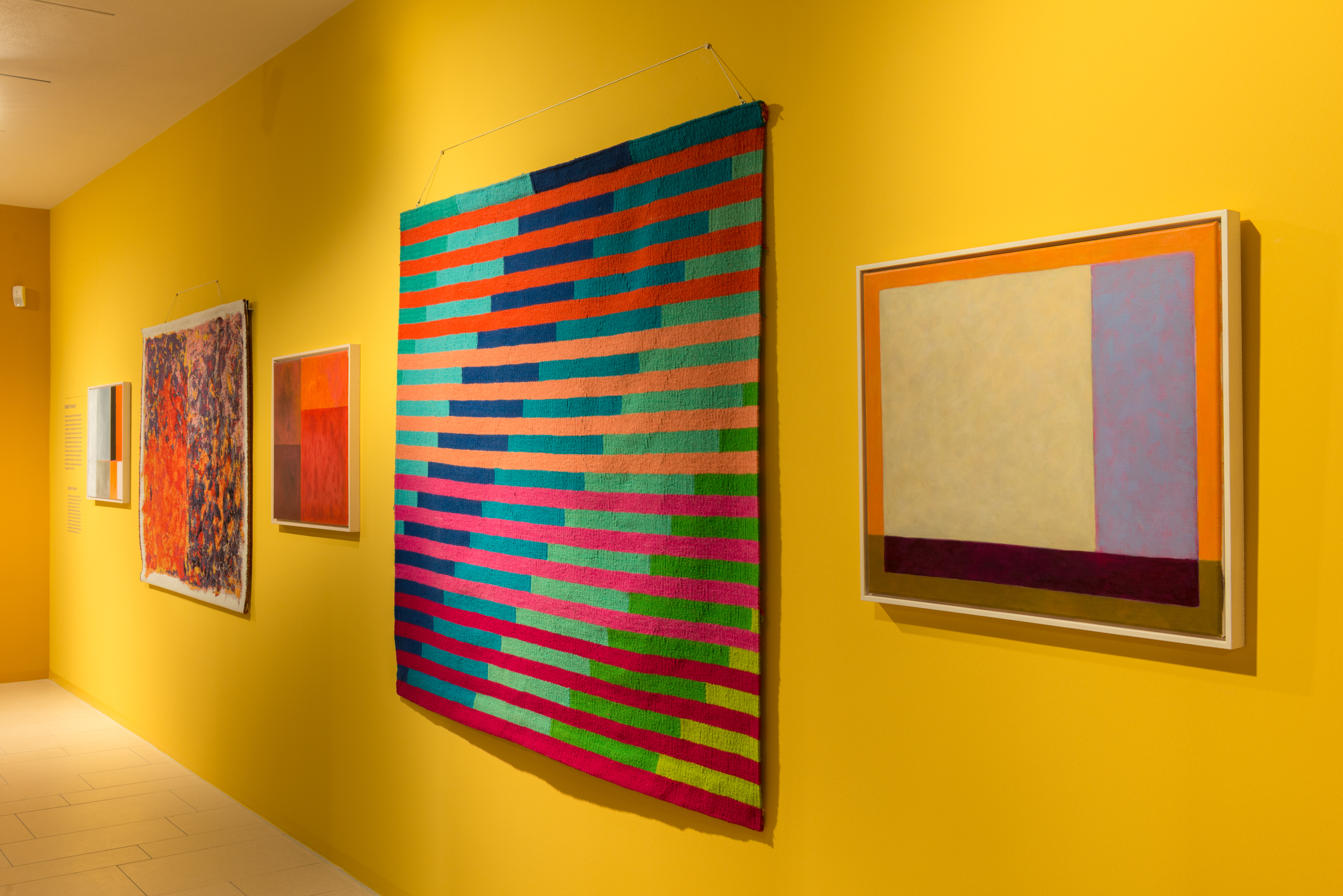 """Blick in die Ausstellung """"5x Treumann"""" mit Werken von Babette Treumann."""