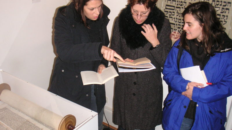 Besucherinnen in der Dauerausstellung des Jüdischen Museums Franken in Fürth.