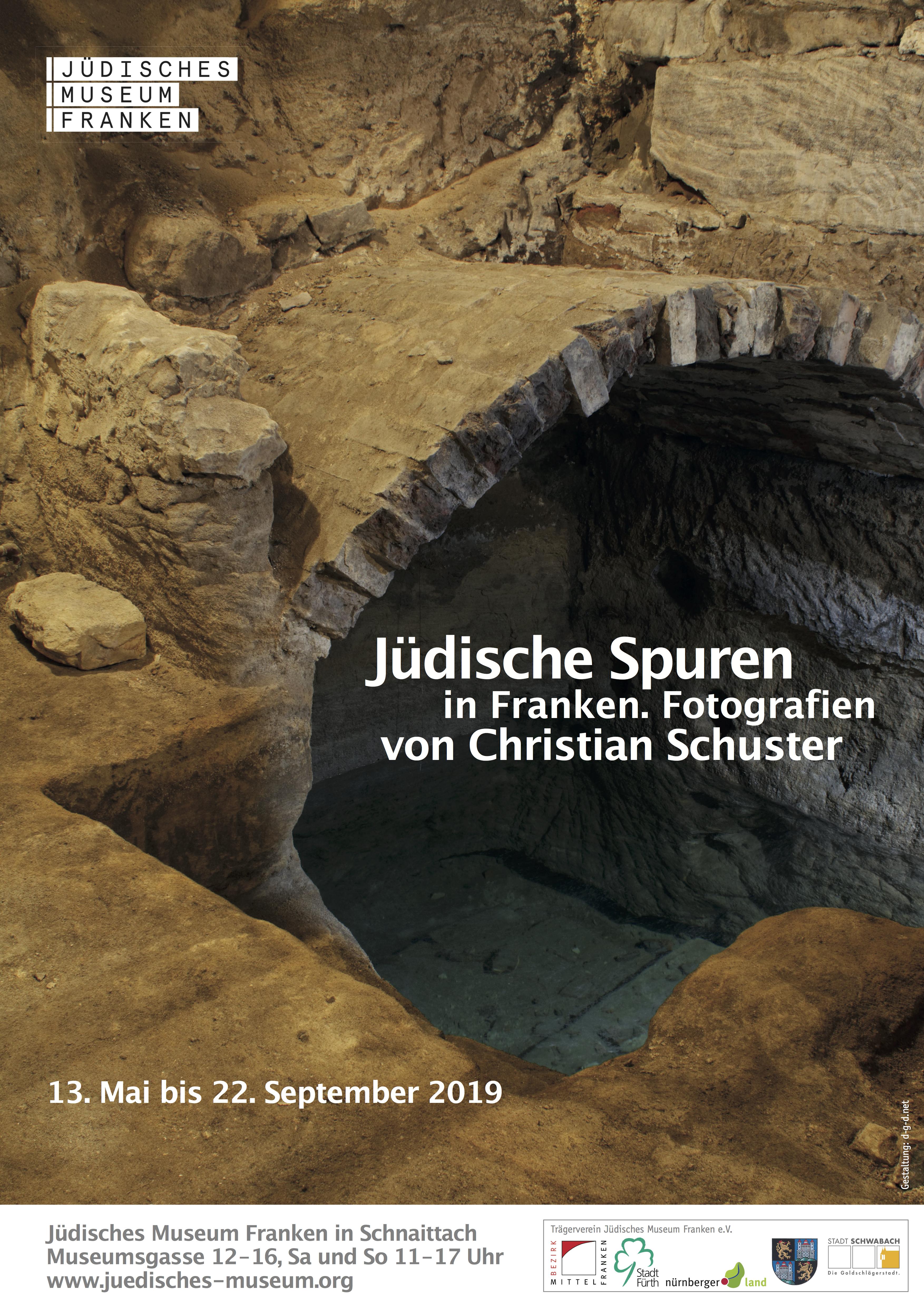"""Plakatmotiv zur Wechselausstellung """"Jüdische Spuren in Franken - Fotografien von Christian Schuster"""" im JMF Schnaittach."""