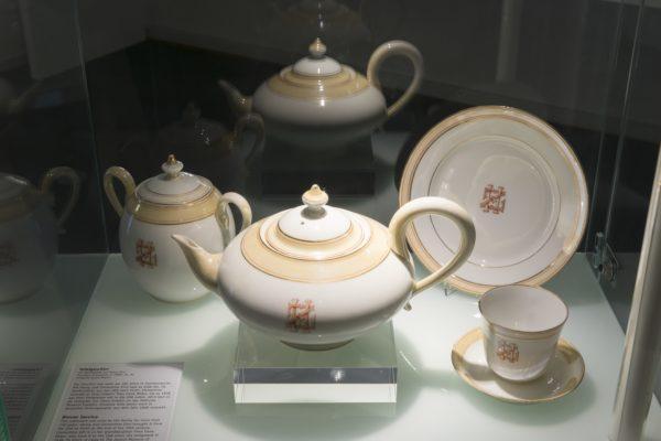 Geschirr aus Porzellan aus der Sammlung Nathan-Meyers des Jüdischen Museums Franken in Fürth.