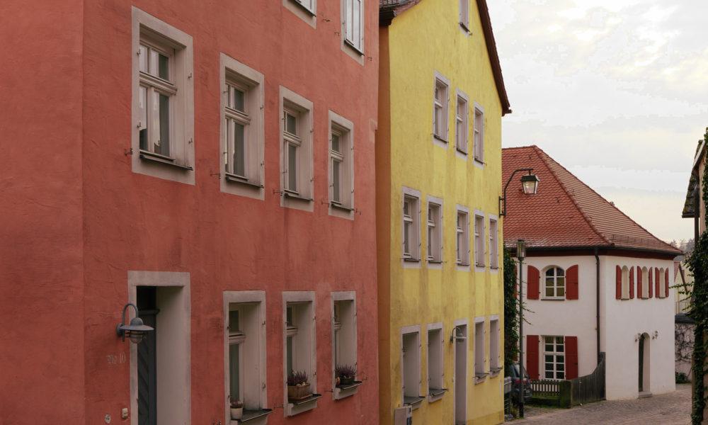 Blick auf die Synagogengasse in Schwabach mit dem Jüdischen Museum Franken im Vordergrund.