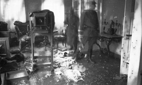 Blick in eine in der Pogromnacht 1938 verwüstete jüdische Wohnung.