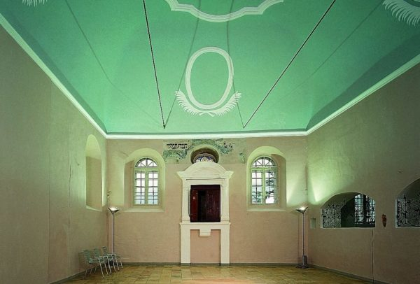 Blick in die Synagoge im Jüdischen Museum Franken in Schnaittach.