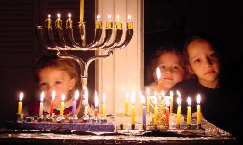 Jüdische Familien zünden zum jüdischen Lichterfest jedes Jahr im Winter den Chanukka-Leuchter an.