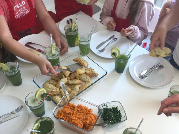 Kinder beim Kochen und Backen.