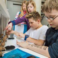 Schüler an der Stempelstation im Jüdischen Museum Franken in Fürth.