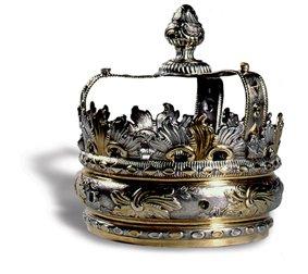 Eine Tora Krone aus der Sammlung des Jüdischen Museums Franken in Fürth.