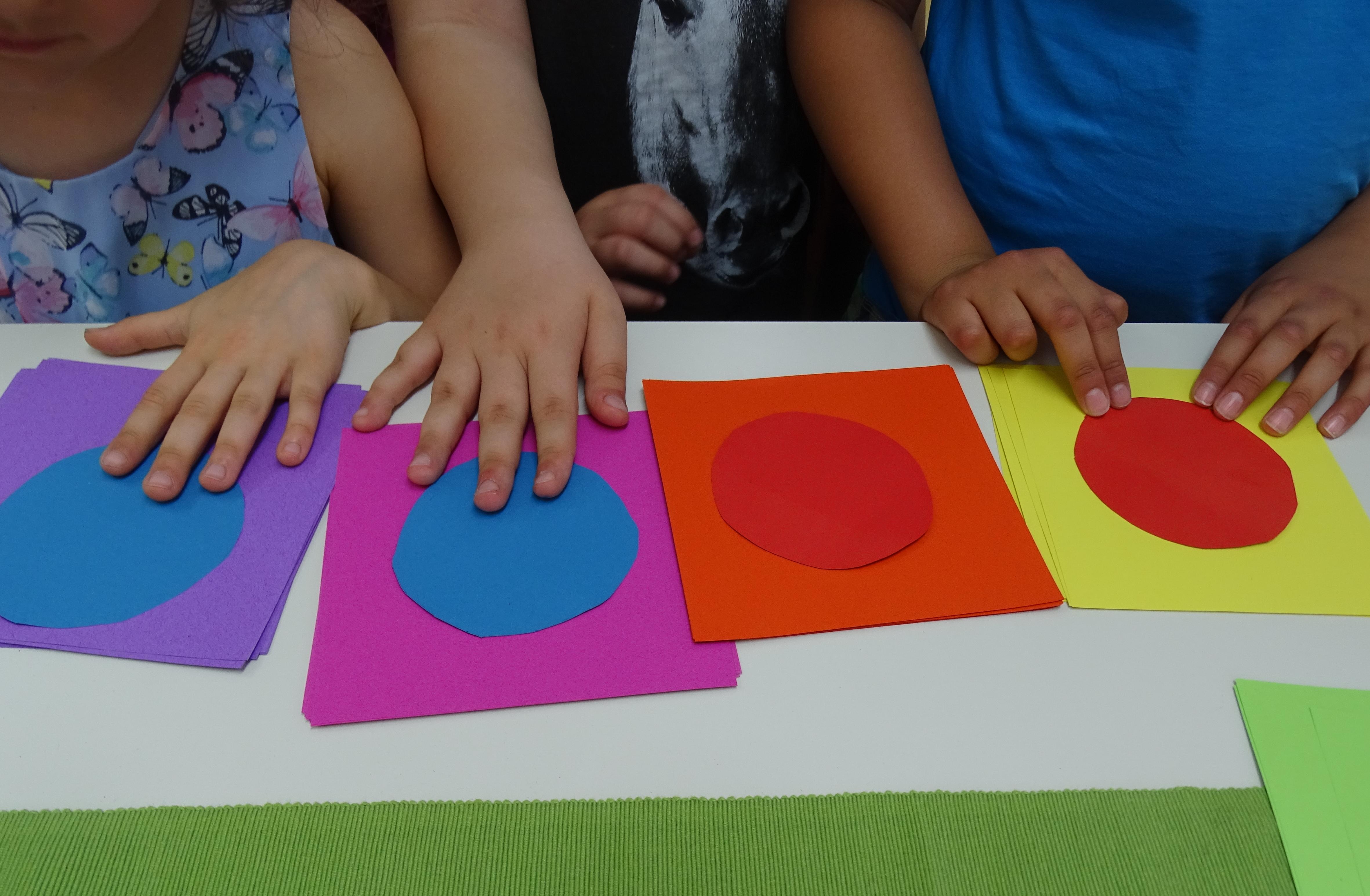 """Schülerinnen und Schüler, die ihre eigenen künstlerischen Werke für ihre Ausstellung """"Ottos Farben"""" entwerfen."""